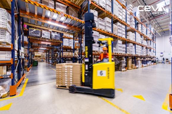 CEVA Logistics przedłuża dwa długoletnie kontrakty Transport, BIZNES - CEVA Logistics przedłużyła dwie długoterminowe umowy z kluczowymi klientami w naszym kraju. Jednym z nich jest światowy producent oświetlenia, z którym CEVA Logistics, drugi to SVP Worldwide, wiodący na rynku producent maszyn do szycia, akcesoriów i części zamiennych.