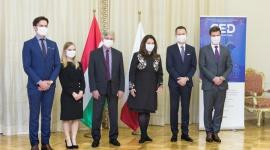 Polsko-Węgierska Izba Gospodarcza inauguruje swoją działalność BIZNES, Gospodarka - 13 października miała miejsce oficjalna inauguracja Polsko-Węgierskiej Izby Gospodarczej, jednocześnie w Warszawie i Budapeszcie. Poza zainteresowanymi przedsiębiorstwami, inicjatywę poparły krajowe izby handlowe, organizacje eksportowe oraz przedstawiciele obu państw.