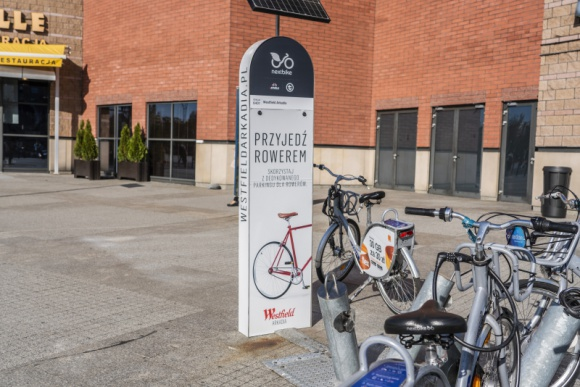 Pierwsza partnerska stacja rowerowa w Warszawie ma już 8 lat! Transport, BIZNES - Stacja roweru miejskiego Westfield Arkadia działa nieprzerwanie od 2012 r. Przez 9 sezonów skorzystało z niej setki tysięcy osób, a rowery były wypożyczane nawet kilkaset razy dziennie. Wypożyczalnia ma już osiem lat.