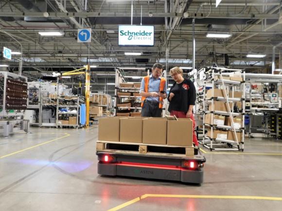 Autonomiczny robot mobilny MiR500 obniża koszty transportu w Schneider Electric Przemysł, BIZNES - Zakład Schneider Electric Industries Bukowno wdrożył autonomicznego robota mobilnego MiR500 do transportu produktów pomiędzy linią produkcyjną a magazynem