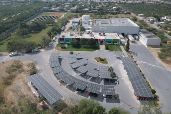 AkzoNobel realizuje cele zrównoważonego rozwoju Przemysł, BIZNES - W ramach planu zmniejszenia emisji dwutlenku węgla o połowę do 2030 r. firma AkzoNobel zamontowała ostatnio panele słoneczne w swoich dwóch zakładach - w Meksyku oraz w Hiszpanii.