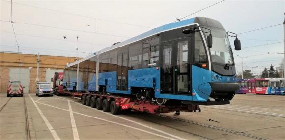 Kolejny niebieski tramwaj już we Wrocławiu. Jechał do nas 200 kilometrów Transport, BIZNES - Jest to po Feniksie drugi pojazd o nowej barwie, a pierwszy wyremontowany w ramach dużej umowy z poznańską firmą Modertrans. Już w tym tygodniu tramwaj zacznie wozić pasażerów.